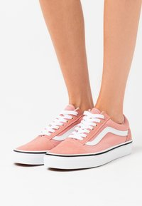 Vans - OLD SKOOL UNISEX - Zapatillas - rose dawn/true white - 0