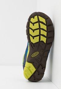 Keen - CHANDLER CNX - Zapatillas de senderismo - brilliant blue/blue depths - 5