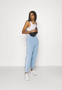 adidas Originals - TRACK PANTS - Pantaloni sportivi - ambient sky - 1