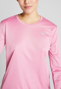 Nike Performance - MILER - Funktionsshirt - magic flamingo/reflective silver - 8