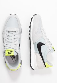 Nike Sportswear - INTERNATIONALIST - Sneaker low - grey fog/black/lemon/summit white