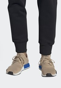 adidas Originals - NMD_R1 SHOES - Sneakers laag - beige - 0