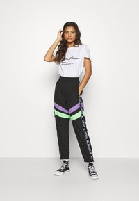Karl Kani - TAPE BLOCK TRACKPANTS  - Jogginghose - black - 1