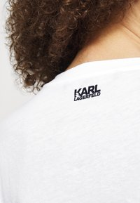 KARL LAGERFELD - SIGNATURE - Triko spotiskem - white - 4