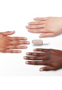 Essie - EXPRESSIE - Nail polish - buns up - 1