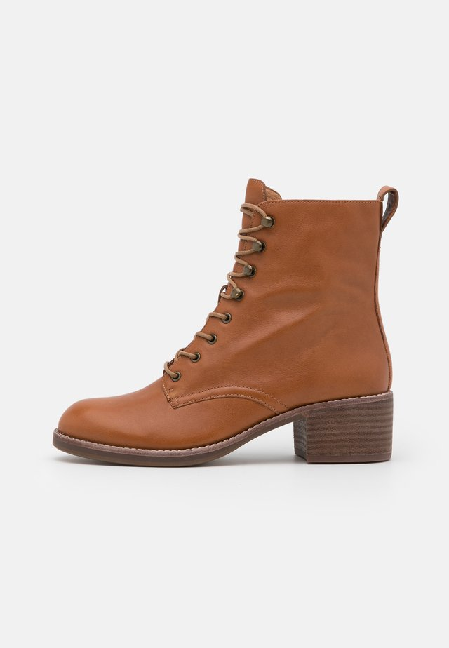 PATTI LACE UP BOOT - Botki sznurowane - english saddle