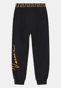 Versace - SIGNATURE UNISEX - Teplákové kalhoty - black/gold - 1