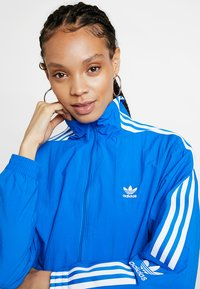 adidas Originals - ADICOLOR SPORT INSPIRED NYLON JACKET - Windbreaker - bluebird - 3