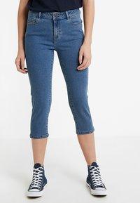 Vero Moda Tall - VMHOT SEVEN SLIT KNICKER MIX  - Denim shorts - medium blue denim - 0