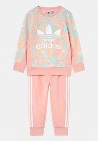 adidas Originals - CREW SET - Survêtement - pink tint/multicolor/haze coral - 0