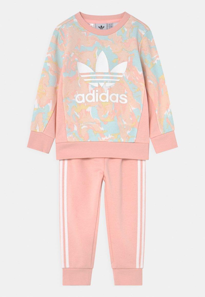 adidas Originals - CREW SET - Survêtement - pink tint/multicolor/haze coral