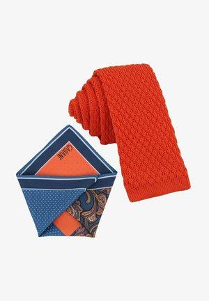CRAVATTA MAGLIA & ARTEQUATTRO SET - Pocket square - coral orange   petrol blau paisley & punkte