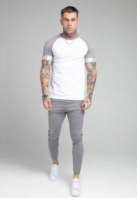 SIKSILK - SCOPE TAPE TECH TEE - Print T-shirt - grey marl/white - 1