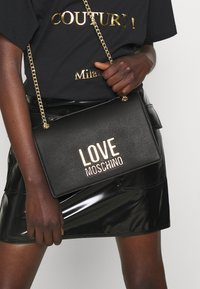 Love Moschino - NEW LOGO CHAIN FLAP XBODY - Across body bag - black - 0