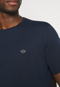 DOCKERS - PACIFIC CREW TEE - T-shirt - bas - pembroke - 5