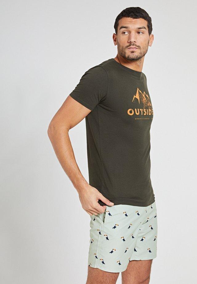 OUTSIDER - T-shirt imprimé - army green