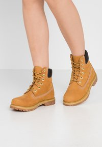 Timberland - 6IN PREMIUM BOOT  - Lace-up ankle boots - wheat - 0