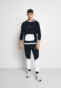 CLOSURE London - CONTRAST HOOD WITH TAPING - Sweat à capuche - navy - 1