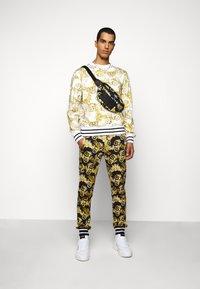 Versace Jeans Couture - PRINT NEW LOGO - Sweatshirt - bianco ottico - 1