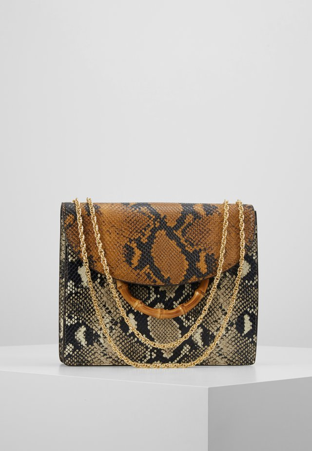 MARLA SQUARE BAG WITH CHAIN - Käsilaukku - amber/sand