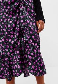 Bershka - MIT BLUMENPRINT - A-line skirt - black - 3