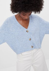 Bershka - CROPPED - MIT KNÖPFEN - Strickjacke - light blue - 3