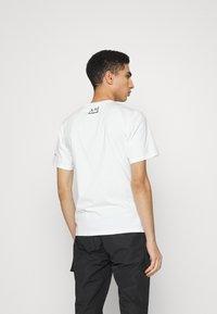 Converse - BASQUIAT GRAPHIC TEE UNISEX - Camiseta estampada - white - 2
