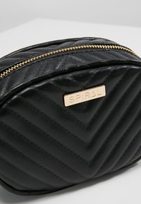 Spiral Bags - LABEL BUM BAG - Sac banane - black
