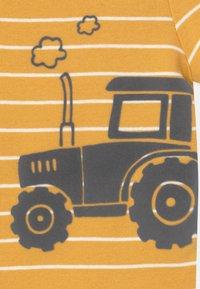 Carter's - TRACTOR SET - Triko spotiskem - yellow - 2