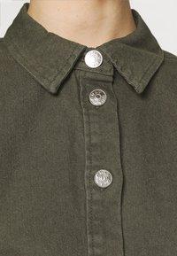 ONLY - ONLLAUREL LIFE FRILL DRESS - Košilové šaty - kalamata - 3