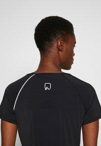 ONLY PLAY Tall - ONPPERFORMANCE RUN TEE TALL - Print T-shirt - black/red - 3
