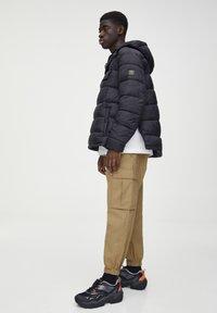 PULL&BEAR - Pantaloni cargo - brown - 1