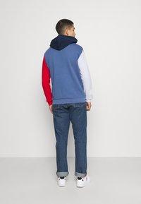 adidas Originals - BLOCKED UNISEX - Jersey con capucha - crew blue/halo/scarlet - 2