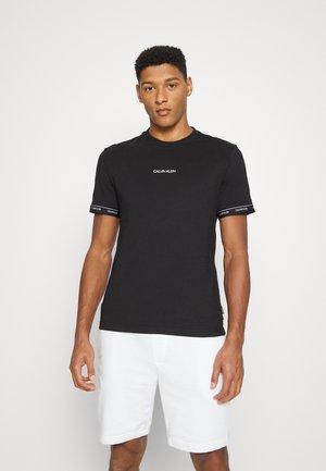 ARCHIVE LOGO TAPE - T-shirt med print - black