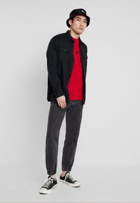 Levi's® Extra - RELAXED GRAPHIC TEE - Basic T-shirt - brilliant red - 1