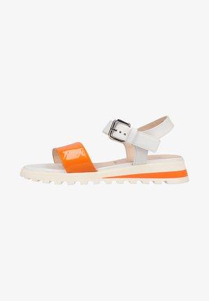 Sandały na koturnie - papaya