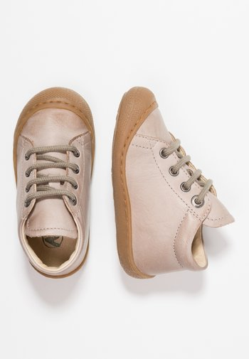 COCOON - Baby shoes - sand