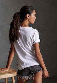 Superdry - ALICE SCRIPT ENTRY TEE - Print T-shirt - white - 2
