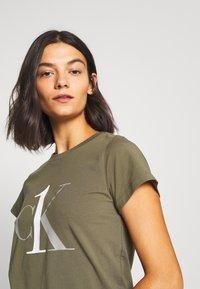 Calvin Klein Underwear - ONE SLEEP PRIDE SET - Pyjama set - muted pine - 3