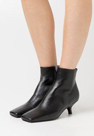 HOLLY - Kotníkové boty - nero