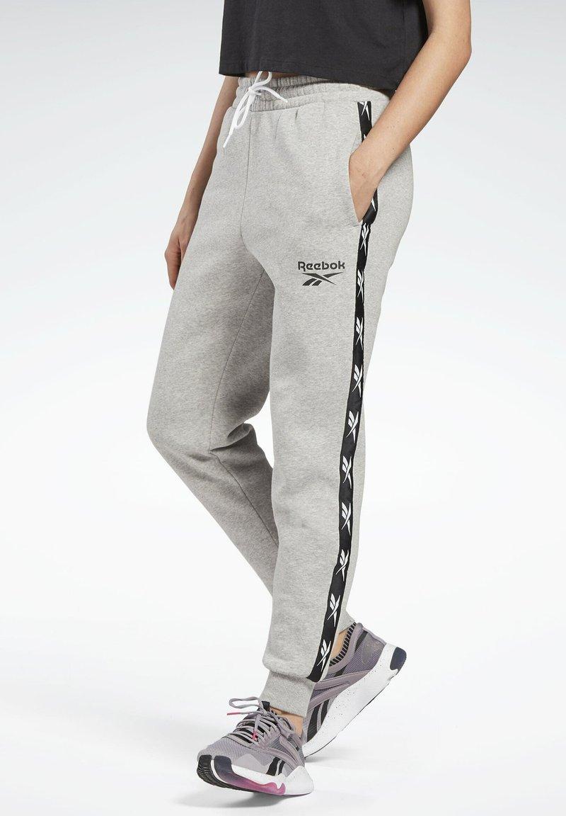 Reebok - TAPE PACK ELEMENTS JOGGER PANTS - Joggebukse - grey