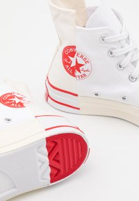 Converse - CHUCK TAYLOR ALL STAR 70 UNISEX - High-top trainers - white/egret/university red - 7
