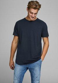 Jack & Jones - JJECURVED TEE O NECK - T-shirts basic - navy blazer - 0