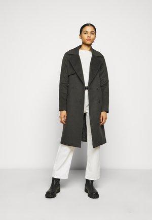 Klassinen takki - understated black