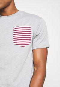 Newport Bay Sailing Club - SAIL TEE - T-shirts print - grey marl - 5