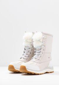 UGG - ADIRONDACK III FLUFF - Zimní obuv - white - 4