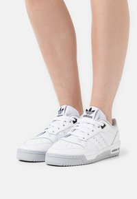 adidas Originals - RIVALRY PREMIUM - Sneakersy niskie - footwear white/grey two/core black - 0