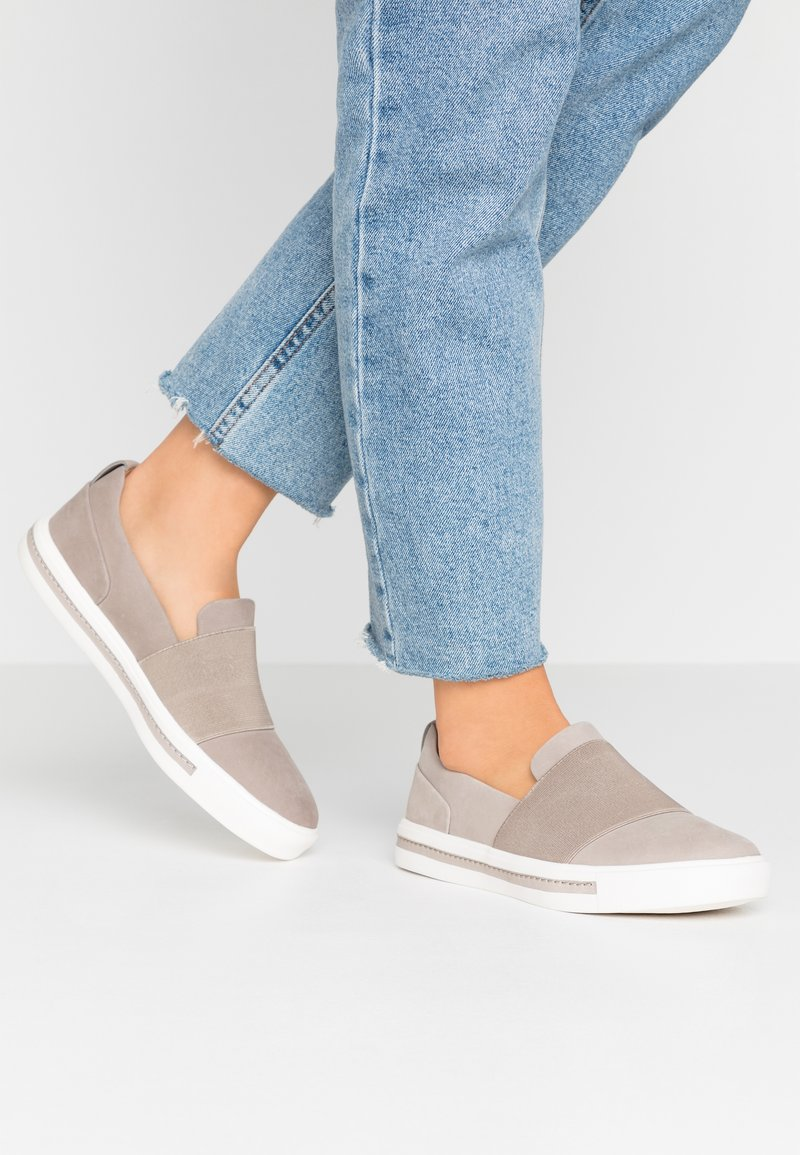 Clarks Unstructured - MAUI STEP - Slip-ons - stone