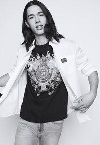 Versace Jeans Couture - GOLD BAROQUE - Print T-shirt - black - 4
