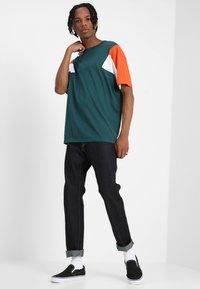 Urban Classics - BOXY TEE - Print T-shirt - jasper/rustorange/white - 1